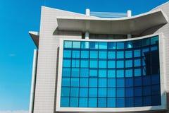 Bâtiment moderne avec le ciel dans les bureaux de fenêtres image stock