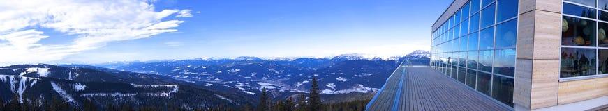 Bâtiment moderne avec une terrasse dans le panorama superbe d'Alpes image stock