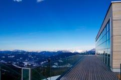 Bâtiment moderne avec une terrasse dans les Alpes images libres de droits
