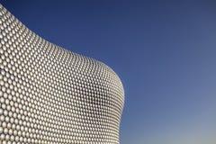 Bâtiment moderne contre le ciel bleu clair Photos stock