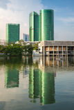 Bâtiment moderne d'affaires avec la réflexion à Bangkok Photos libres de droits