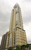 Bâtiment moderne dans une zone urbaine à Manille Photographie stock libre de droits
