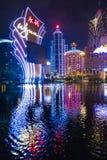 Bâtiment moderne de casino et d'hôtel de paysage urbain de nuit Photo libre de droits