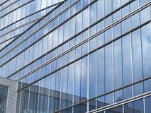 Bâtiment moderne de centre d'affaires de façade en verre bleue abstraite Image libre de droits