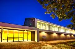 Bâtiment moderne de gymnase la nuit Images stock