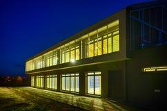 Bâtiment moderne de gymnase la nuit Image stock