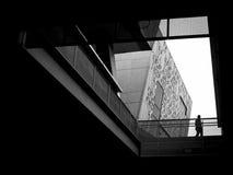 Bâtiment moderne de marche de silhouette d'homme noir et blanc Images stock