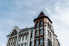 Bâtiment moderne de ville avec le ciel sur le fond Photographie stock libre de droits