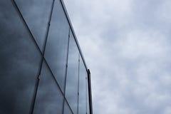 Bâtiment moderne en ciel nuageux Image stock