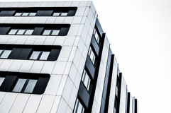 Bâtiment moderne en verre et en métal dans la ville Images libres de droits