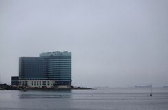 Bâtiment moderne sur le bord de la mer dans Vladivostok Photos stock