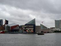 Bâtiment national d'aquarium le long de baie de chesapeake intérieure de port de Baltimore photographie stock libre de droits