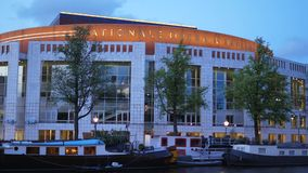 Bâtiment national d'opéra et de ballet le soir - AMSTERDAM - LES PAYS-BAS - 19 juillet 2017 banque de vidéos