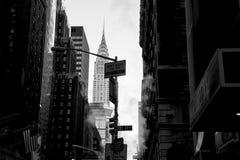 Bâtiment noir et blanc de Chrysler entre les gratte-ciel de points de repère Photos stock