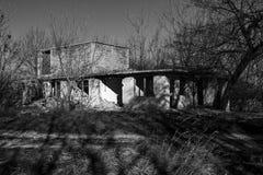 Bâtiment non fini, abandonné et ruiné en noir et blanc Image stock
