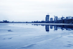 Bâtiment non fini au bord de mer, Chine du Nord Image stock