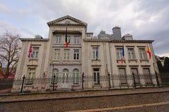 Bâtiment officiel néoclassique avec des drapeaux de différents pays dans Stavelot photo stock