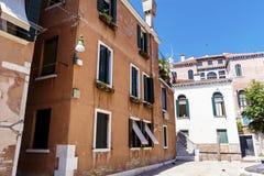 Bâtiment orange typique avec les fenêtres antiques dans Venezia Photographie stock