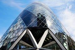30 bâtiment ou cornichon de St Mary Axe à Londres, ciel bleu Image stock