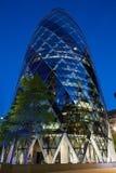 30 bâtiment ou cornichon de St Mary Axe illuminé à Londres Photos libres de droits
