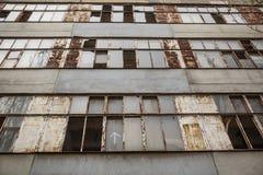 bâtiment oublié avec les fenêtres cassées Images libres de droits