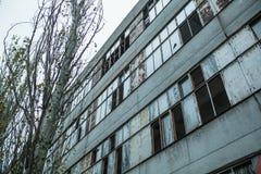 bâtiment oublié avec les fenêtres cassées Photo stock