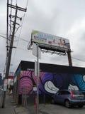 Bâtiment portuaire juridique de cannabis avec la peinture murale et le panneau d'affichage le long Photographie stock