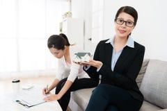 Bâtiment présenté d'agent immobilier meilleur pour le client images stock