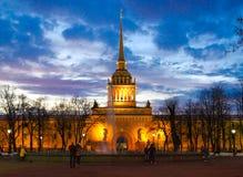 Bâtiment principal d'Amirauté dans l'illumination de soirée, St Petersburg, Russie Photographie stock libre de droits
