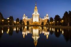 Bâtiment principal d'université de l'Etat de Moscou sur des collines de moineau la nuit, Russie photo libre de droits
