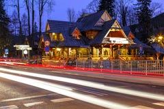 Bâtiment régional de restaurant la nuit dans Zakopane Images stock