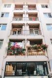 Bâtiment résidentiel à Istanbul avec des balcons décorés des fleurs et de petits drapeaux turcs La Turquie Gens du commun Photographie stock