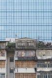 Bâtiment résidentiel abandonné et immeuble de bureaux moderne Photo libre de droits