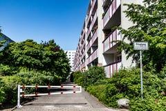 Bâtiment résidentiel avec des arbres à Berlin, Marzahn, Berlin Image stock