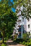 Bâtiment résidentiel avec le chemin vert à Berlin, Marzahn, Allemagne Photographie stock