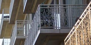 Bâtiment résidentiel avec le petit balcon photo stock