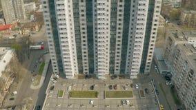 Bâtiment résidentiel avec les stationnements de voiture et le terrain de jeu d'enfant Immobiliers établissant le tir banque de vidéos