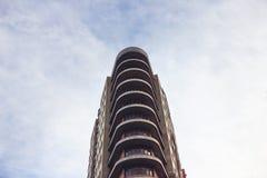 Bâtiment résidentiel ayant beaucoup d'étages, vue de dessous Photos libres de droits