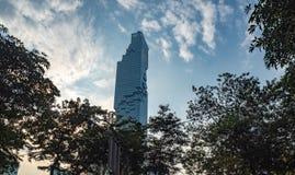 Bâtiment résidentiel de vue d'angle faible sur le ciel bleu avec des nuages à l'arrière-plan égalisant photo libre de droits