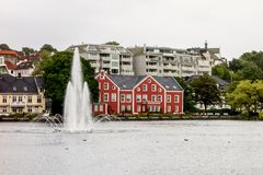 Bâtiment rouge à Stavanger près de lac Breiavatnet Photo stock