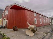 Bâtiment rouge avec le propulseur de bateau photographie stock libre de droits