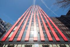 Bâtiment rouge de pomme de Rotterdam contre le ciel bleu Photographie stock libre de droits