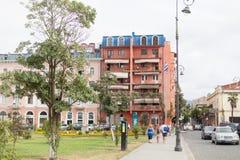 Bâtiment rouge sur la rue à Batumi Photos stock