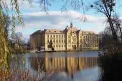 Bâtiment scolaire dans le miroir de l'étang dans Litovel, République Tchèque photos libres de droits