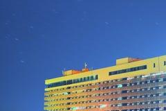 Bâtiment sous le ciel d'étoile Photographie stock libre de droits
