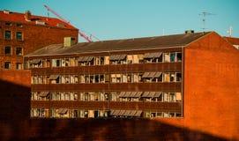 bâtiment Sun-embrassé dans une ville du nord Photo libre de droits