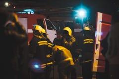 Bâtiment sur le feu la nuit Photo stock