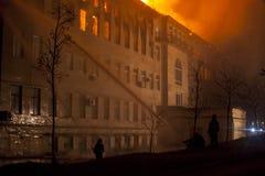 Bâtiment sur le feu la nuit Photographie stock libre de droits