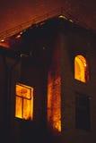 Bâtiment sur le feu la nuit Image stock