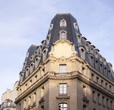 Bâtiment sur un fond de ciel bleu à Paris Image stock